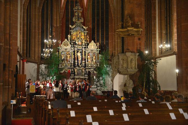"""Der Chor singt in der Stadtkirche Mittweida als letztes Lied """"Der Mond ist aufgegangen""""."""