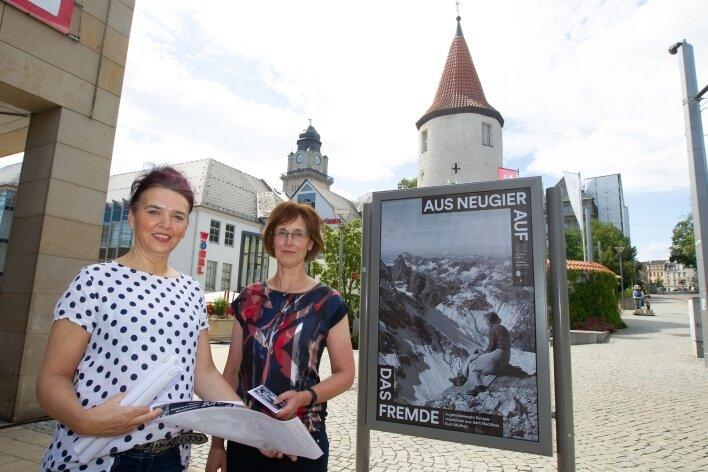 Marita Weise und Doris Meijler (rechts) vom Plauener Stadtarchiv laden zum virtuellem Rundgang zur Ausstellung über Kurt Mothes ein.