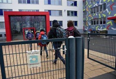 Schüler der Klasse 9 vor einigen Wochen beim Betreten des Chemnitzer Schulmodells. Nach dem pandemiebedingten Lockdown sollen Schulen, Kitas und Horte in der Stadt am Freitag wieder öffnen.