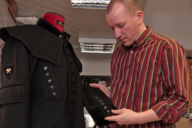 """<p class=""""artikelinhalt"""">Schneidermeister Markus Seiler nimmt letzte Handgriffe am Bergkittel vor. Etwa drei Tage dauert die Fertigung des Kleidungsstücks - nicht mitgerechnet die Herstellung der Effekten.</p>"""