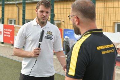 Footballer im Fokus: KSB-Geschäftsführer Benjamin Kahlert (r.) interviewt Nikolaj Marx, der bei den Freiberg Phantoms unter anderem für die Öffentlichkeitsarbeit verantwortlich ist.