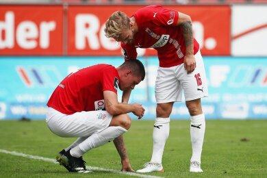 Nils Butzen (r.) tröstet Max Reinthaler, der zwei Großchancen zu seinem ersten Punktspieltor für den FSV Zwickau nicht nutzen konnte.