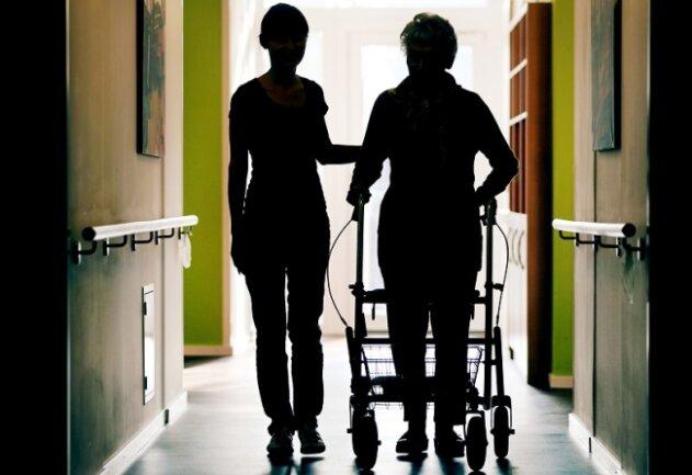 In einem Weischlitzer Altenpflegeheim (Symbolbild) hatsich die Mehrzahl der 42 Bewohner und auch die meisten Mitarbeiter mit dem Coronavirus infiziert.