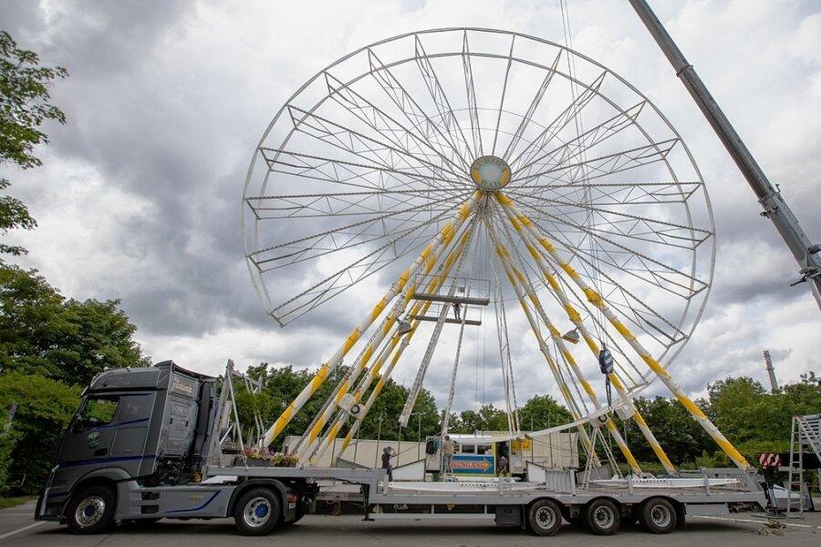 Das Riesenrad ist zurück zum Sommer-Rummel auf dem Plauener Festplatz. Das Rad der Schaustellerfamilie Plaenert mit einer Höhe von 38 Metern war zuletzt 2019 in Plauen zu Gast. Bis zum 14. August können Fahrgäste nun von hier die Aussicht über die Stadt genießen.