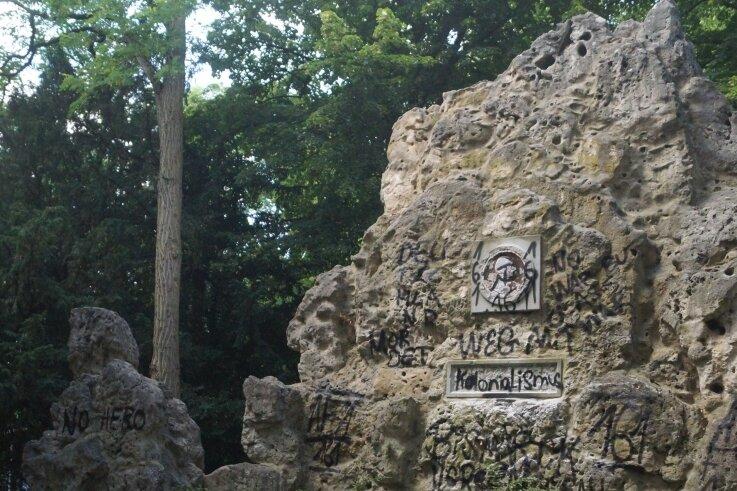 Blick zur Grotte im Bismarckhain: Tuffstein und Plakette wurden von unbekannten Tätern beschmiert.