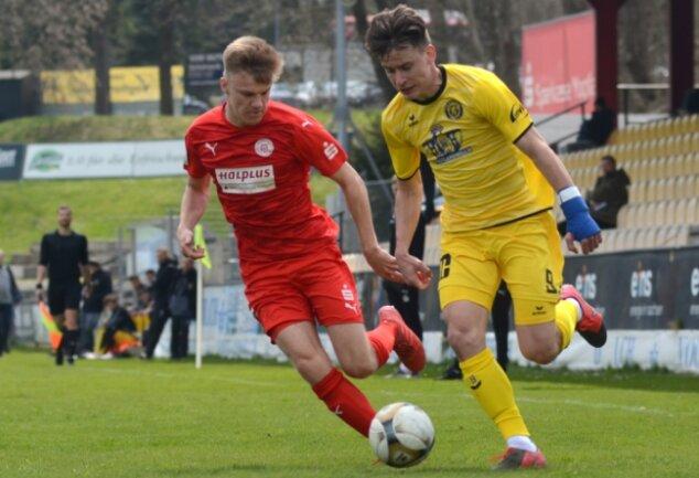 In den Vorbereitungsspielen wie hier gegen die U 19 des Halleschen FC ließ Florian Hansch (rechts) noch reihenweise gute Chancen liegen. Das soll gegen seinen Ex-Verein aus Chemnitz im Sachsenpokal besser werden.