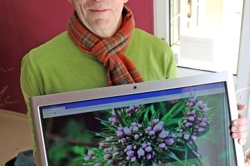 Nils Kochan mit der Schaufensterpräsentation heimischer Pflanzen.