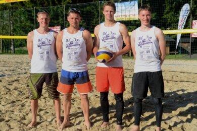 Der frühere Oelsnitzer Regionalligaspieler Falko Ahnert (2. von rechts) und sein Partner Jonas Grandel (rechts) aus Jena haben das Beachvolleyballturnier in Grünheide gewonnen. Ahnerts frühere Mannschaftskollegen beim VSV Oelsnitz Matthias und Jürgen Hanitzsch (von links) belegten den zweiten Platz.