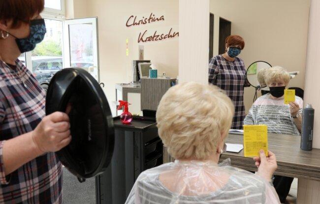 Elfriede Buschner (r.) bestätigt Christina Kretzschmar, dass sie gegen Corona geimpft ist.
