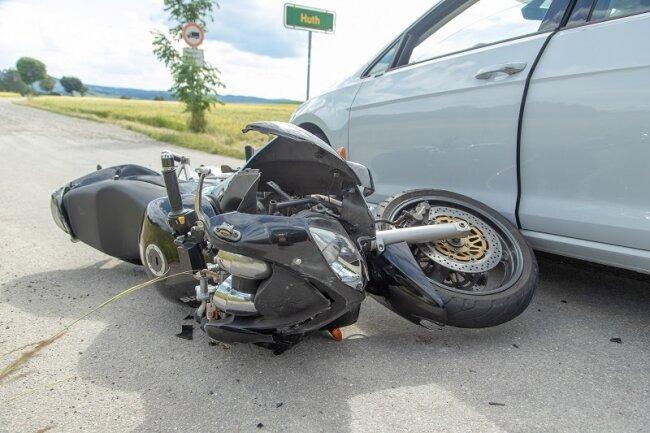 Bei einem Unfall auf der B 171 zwischen den Abzweigen nach Wolkenstein und Wolfsberg ist am Sonntagnachmittag ersten Informationen zufolge ein Motorradfahrer verletzt worden.
