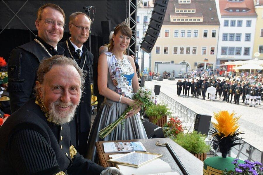 Knut Neumann hat sich am Sonntag in das Goldene Buch der Stadt Freiberg eingetragen. OB Sven Krüger (dahinter von links), sein Vize Holger Reuter und Silberstadtkönigin Julia Richter verfolgen den Festakt.