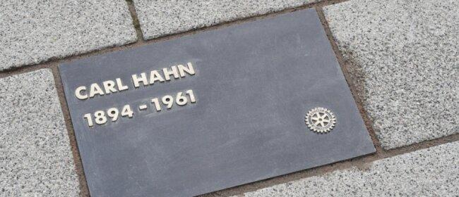 Mit dieser Tafel ehrten Chemnitzer Rotarier Carl Hahn senior.