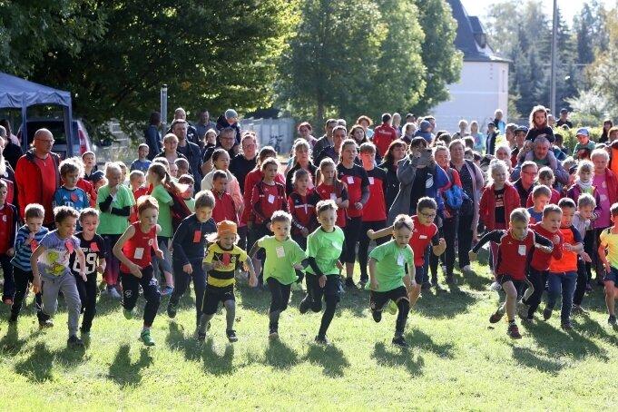 Ab geht die Post: Beim Lichtensteiner Herbstlauf und den Kreiscrossmeisterschaften fand auch ein Rennen der U-8-Jungen statt.