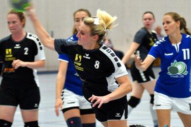 Die Mittweidaer Spielerin Anne Kirsten (M.) erzielte im Spiel gegen VfB Flöha vier Treffer und war damit die beste Werferin ihres Teams.