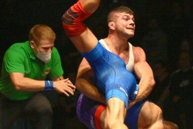 Aues Mate Krasznai (71 kg/k) hebt den Greizer Christian Fetzer aus und bezwingt ihn am Ende mit 8:0 nach Punkten.