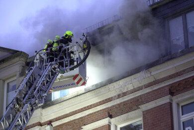 Das Feuer war gegen 6 Uhr in einer Wohnung im Dachgeschoss an der Fürstenstraße ausgebrochen.