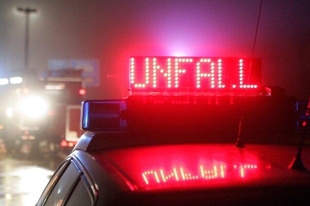 VW prallt gegen Laster - 96-Jähriger schwer verletzt