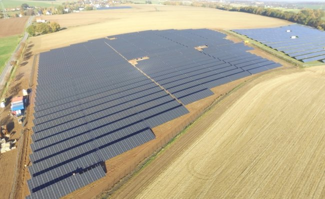 Die Anzahl an Solaranlagen, wie diese im Frankenberger Ortsteil Dittersbach, wächst in Mittelsachsen. Ein im Vorjahr in Betrieb genommener Solarpark, der an eine bestehende Fotovoltaikfreiflächenanlage angrenzt, liefert mit einer Spitzenleistung von 8,3 Megawatt Strom für etwa 2200 Haushalte.