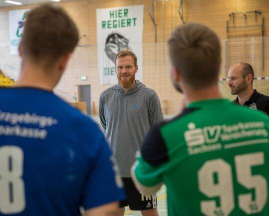 Positive Zwischenbilanz: Die HSG-Trainer Alexander Matschos (M.) und Uwe Lange haben ihre Schützlinge seit Anfang Juni um sich geschart und bereits die Grundlagen für die neue Saison gelegt.