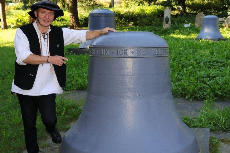 Der Schwarzenberger Türmer Gerd Schlesinger führt über den Alten Georgenfriedhof, wo sich eine alte Glocke der Kirche befindet.