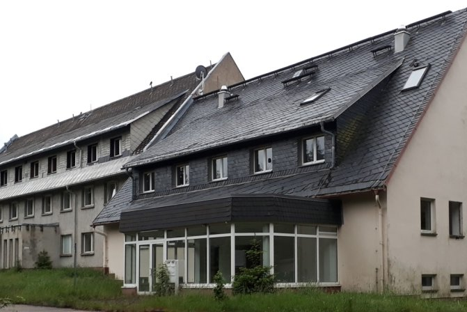 Kein schöner Anblick: das Gästehaus am Erzgebirgskamm. Nun gibt es einen Interessenten. Ein Unternehmen will die Gebäude teilweise abreißen lassen und einen Solarpark errichten.