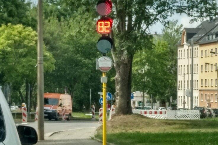 Die Countdown-Ampel, die die Sekunden bis zur Weiterfahrt herunter zählt, war vergangene Woche an der Bernsdorfer Straße aufgebaut.