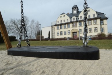 Weit und breit sind auf dem Spielplatz vor der Grundschule in Köthensdorf keine Schattenspender zu sehen. Eltern wünschen sich für das Areal Bäume. Jetzt kommt Bewegung in die Sache.