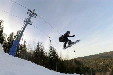 Wer mit den Ski oder Snowboard auf den Kegelberg in Erlbach gestiegen ist, der konnte eine Abfahrt mit Sprüngen genießen. Einen Liftbetrieb gab es nicht.