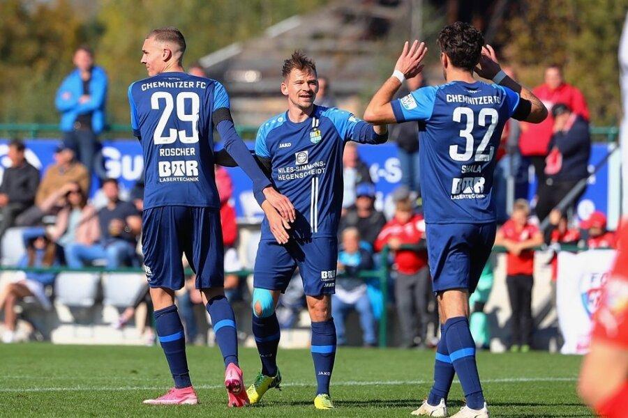 Torschützen unter sich: Simon Noah Roscher (v.l.n.r.) traf beim deutlichen 9:1-Sieg des Chemnitzer FC in Grimma dreifach, Kevin Freiberger machte einen Treffer, Andis Shala erzielte zwei Tore.