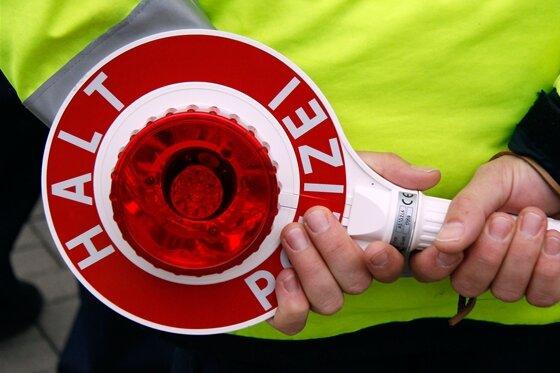 Geschwindigkeitsmessung in Oelsnitz: Fahrer zeigt Kontrolleur den Mittelfinger
