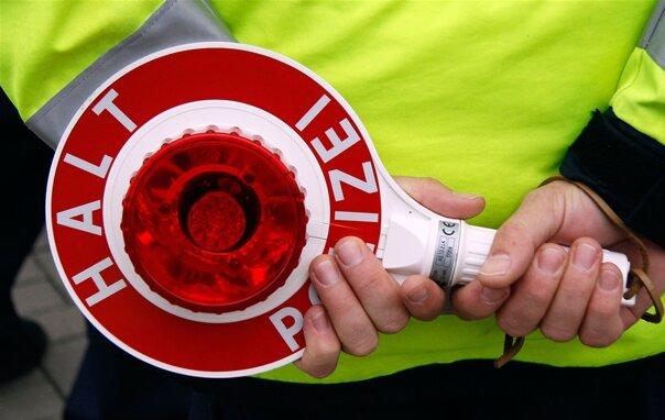 Betrunkene Autofahrerin fährt Straßenschild um