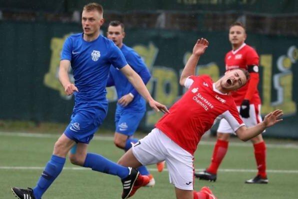 Der VfL Hohenstein-Ernstthal, hier beim Spiel gegen Neugersdorf im November, zieht seine Männermannschaft aus der Fußball-Oberliga zurück.
