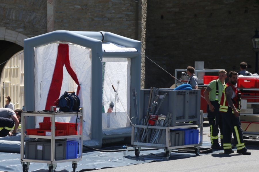 An der Zschopauer Straße am Parkplatz vor der Marienberger Stadthalle wurde ein Zelt zur Dekontamination aufgestellt.