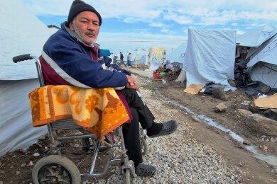 Journalist Jan Theurich hat dieses Foto von Abdullahi (50) aus Herat in Afghanistan gemacht. Er ist Bewohner des Lagers Kara Tepe 2. Als Rollstuhlfahrer fällt es ihm schwer, sich zu auf dem Gelände zu bewegen.