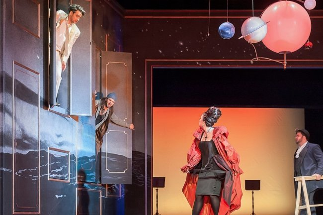 Turbulente Bühneneinweihung: Don Giovanni (Sebastian Seitz), Leporello (Johannes Fritsche, Donna Anna (Christina Maria Heuel) und Masetto (Maurice Giancarlo Avitabile, v. l.) in Aktion.