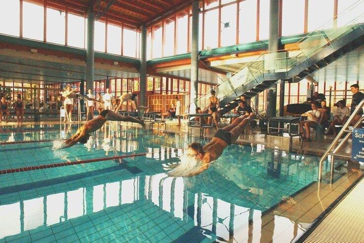 Das Erzgebirgsbad in Thalheim. Mit der Ausgliederung des Heizhauses aus der Wohnungsbaugesellschaft und der Installation neuester Technik könnten im Jahr 80.000 Euro an Heizkosten gespart werden.