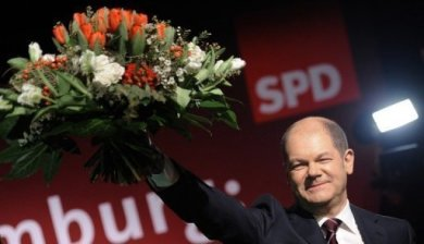 Die SPD ist mit einem überragenden Sieg ins Superwahljahr 2011 gestartet: Bei den Wahlen zur Hamburger Bürgerschaft erreichten die Sozialdemokraten am Sonntag dem vorläufigen amtlichen Ergebnis zufolge sogar die absolute Mehrheit. Die CDU dagegen stürzte um die Hälfte ab und fuhr ihr schlechtestes Ergebnis in der Hansestadt ein. Die SPD mit ihrem Spitzenkandidaten Olaf Scholz kann die Hansestadt nach den vorläufigen Zahlen des Landeswahlamts künftig alleine regieren.