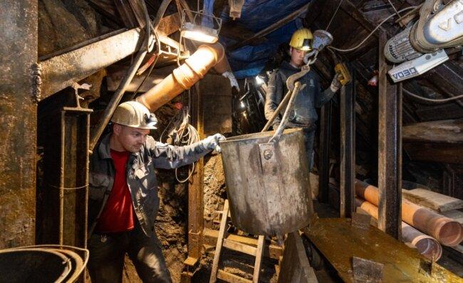 Ein Blick in den Untergrund von Annaberg: Mitarbeiter der Bergsicherung Schneeberg wie Felix Friedrich (r.) und Thomas Pollex erkunden und beräumen bislang unbekannte Anlagen des Altbergbaus.