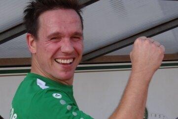 Merkurs Robert Hofmann bejubelt seine drei Tore im Pokalspiel gegen Pirna-Copitz.