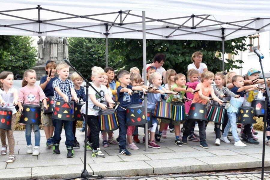 """Die Mädchen und Jungen der Kita """"Zwergenvilla"""" boten zum Stadt- und Gewerbefest in Adorf ein kleines Programm, das viel Zuspruch fand."""