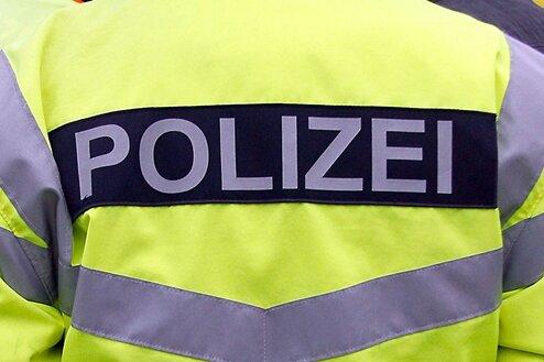 Drei junge Männer schlagen und bedrohen 15-Jährigen