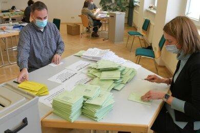 Bereits 13 Uhr begannen die Wahlhelfer, unter ihnen Uta Grösel und Holger Eisold, im Briefwahllokal mit dem Öffnen der Sofortwahlstimmen und der Überprüfung der beigelegten Formulare.