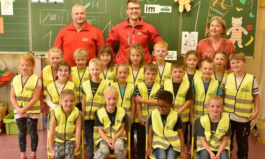 Schulanfänger in Schöneck mit Warnwesten ausgestattet