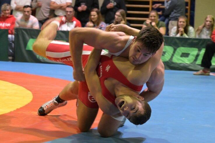 Connor Sammet (oben) ist Deutscher A- und B-Jugend-Meister. Toni Peprny hatte im 96-Kilo-Limit keine Chance gegen ihn.