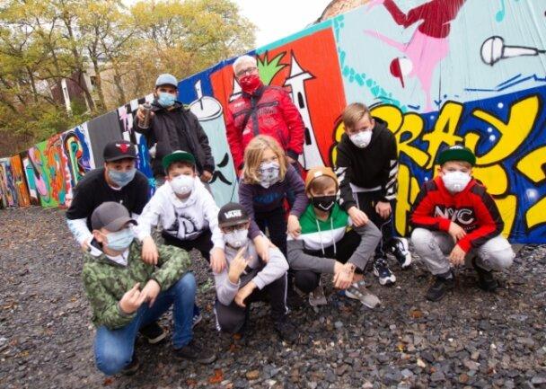 Plauener Jugendliche haben bei einem Ferienprojekt den Bauzaun in der Nähe des Weisbachschen Hauses gestaltet.