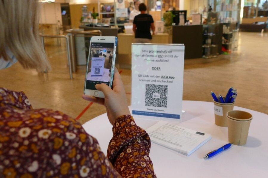 Vor der Kasse der Silber-Therme müssen Besucher nun wieder ihre Kontaktdaten angeben - entweder via Handy-App oder handschriftlich. Außerdem müssen sie geimpft, getestet oder genesen sein.