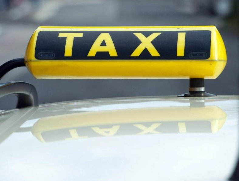 Corona-Lockdown: Warum eine Taxi-Firma sich doppelt bestraft fühlt