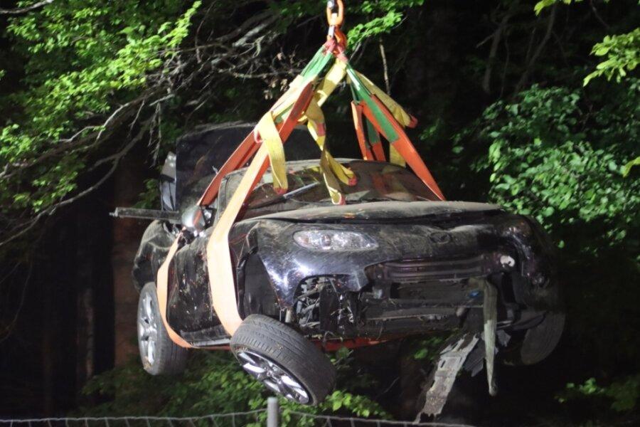 Ein tragischer Unfall auf der A 4 unweit von Rossau fordert Mitte Mai ein Todesopfer. Ein 36-Jähriger muss aufgrund eines Überholmanövers eines bisher unbekannten Autofahrers scharf bremsen und verliert die Kontrolle über seinen Wagen. Das Fahrzeug überschlägt sich mehrfach. Der 36-Jährige wird schwer verletzt und stirbt.