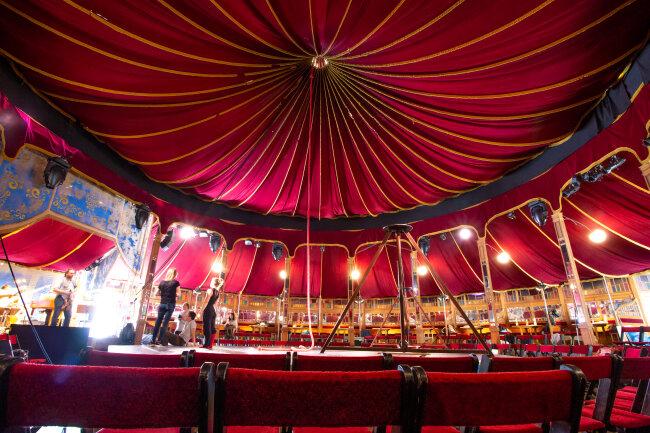 Am Donnerstagabend erwartet die Besucher im historischen Zirkuszelt auf dem Marktplatz zauberhafte Akrobatik und barocke Musik.