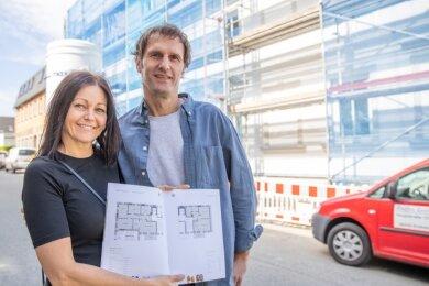Yvonne und Udo Bärthel vor der ehemaligen Schuhfabrik Albin Hillig. In diesem und zwei weiteren Gebäuden entstehen Wohnungen.